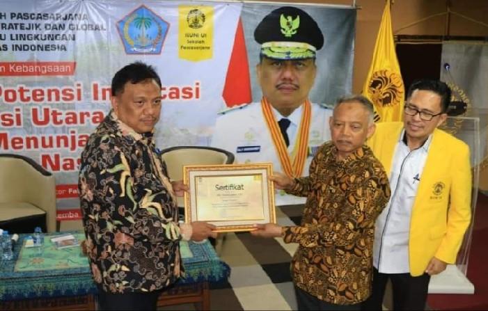 Gubernur Olly Dondokambey SE mendapat penghargaan setelah membawakan materi di Kuliah Umum