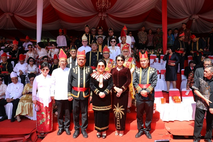 Foto bersama Gubernur Olly Dondokambey SE, Ketua TP PKK Ir Rita Maya Dondokambey Tamuntuan, Wakil Gubernur Drs Steven OE Kandouw