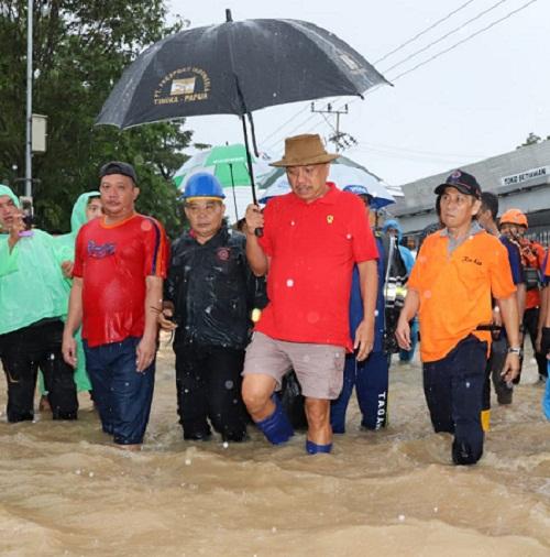 Gubernur Olly Dondokambey SE saat menerjang kepungan banjir di Kelurahan Mahawu Kota Manado