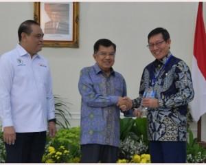 Wapres Jusuf Kalla Serahkan Penghargaan TOP 45 Inovasi Pelayanan Publik pada Walikota GSV Lumentut