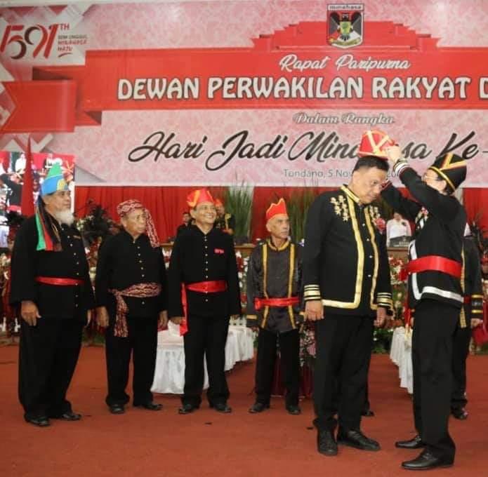 Gubernur Olly Dondokambey SE menyandang gelar adat Tonaas Wangko Um Banua di HUT Kabupaten Minahasa, Selasa (05/11/2019)