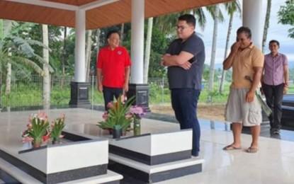 Bersama Keluarga, Gubernur Olly Ziarah ke Makam Leluhur Jelang Hari Raya Natal