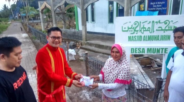 Joune Ganda memberikan bantuan berupa uang tunai terhadap pembangunan masjid di Desa Munte.