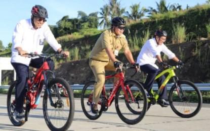 Wagub Kandouw Sisir Jalan Tol Manado – Bitung dengan Bersepeda