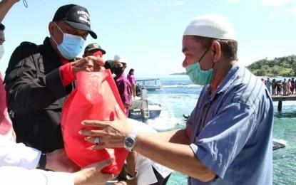 Gubernur Olly Sisir Pulau Gangga, Talise, Kinabuhutan dan Bangka, Turun Langsung Serahkan Bantuan