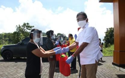 Gubernur Olly Salurkan 100 Paket Sembako ke Warga Terdampak Covid-19 di Desa Kinali