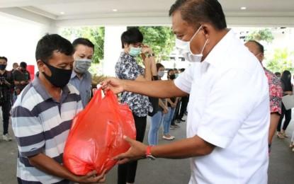 Gubernur Olly Serahkan Santunan Bagi 10 Ahli Waris Pekerja Keagamaan