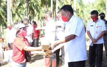 Gubernur Olly Bantu Sarana Produksi Petani Kelapa Minsel
