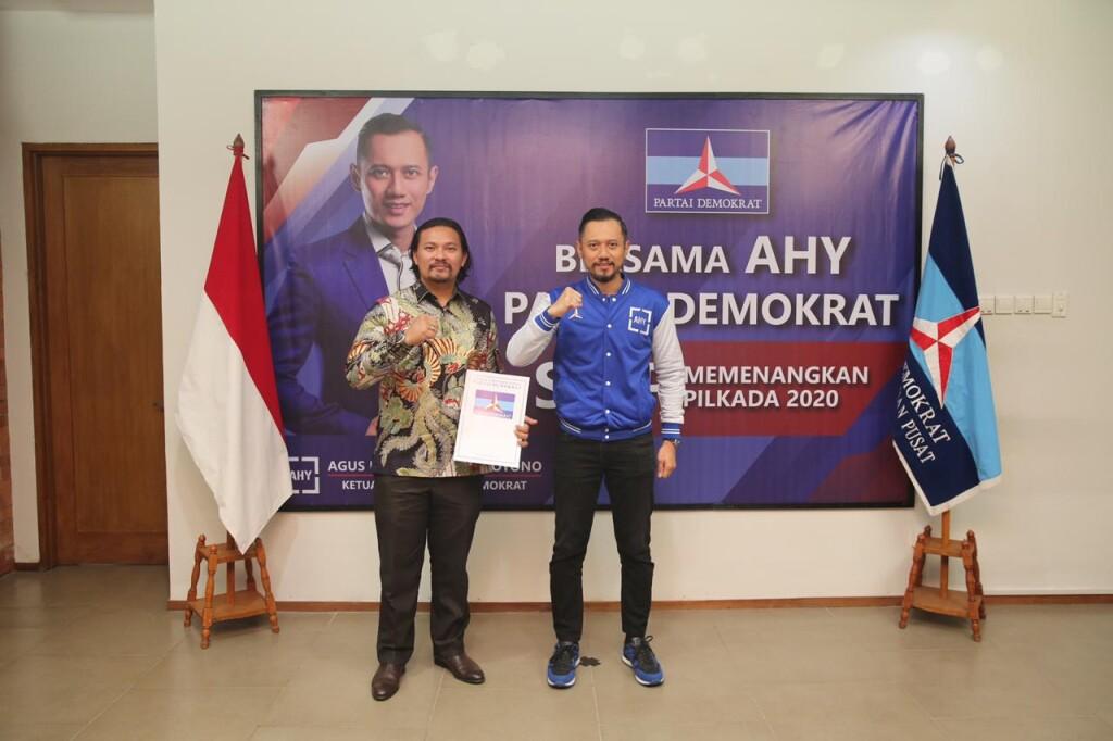 Calon Wakil Wali Kota Bitung, Marthin Daniel Tumbelaka (MDT), menerima SK dari Partai Demokrat, diserahkan Ketua Umum Partai Demokrat, Agus Harimurti Yudhoyono, Kamis (3/9) di DPP Partai Demokrat – Jakarta