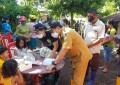 Bagikan Makanan di Lokasi Banjir Madidir Ure, Penatua Max Lomban Ajak Anak-Anak Berdoa