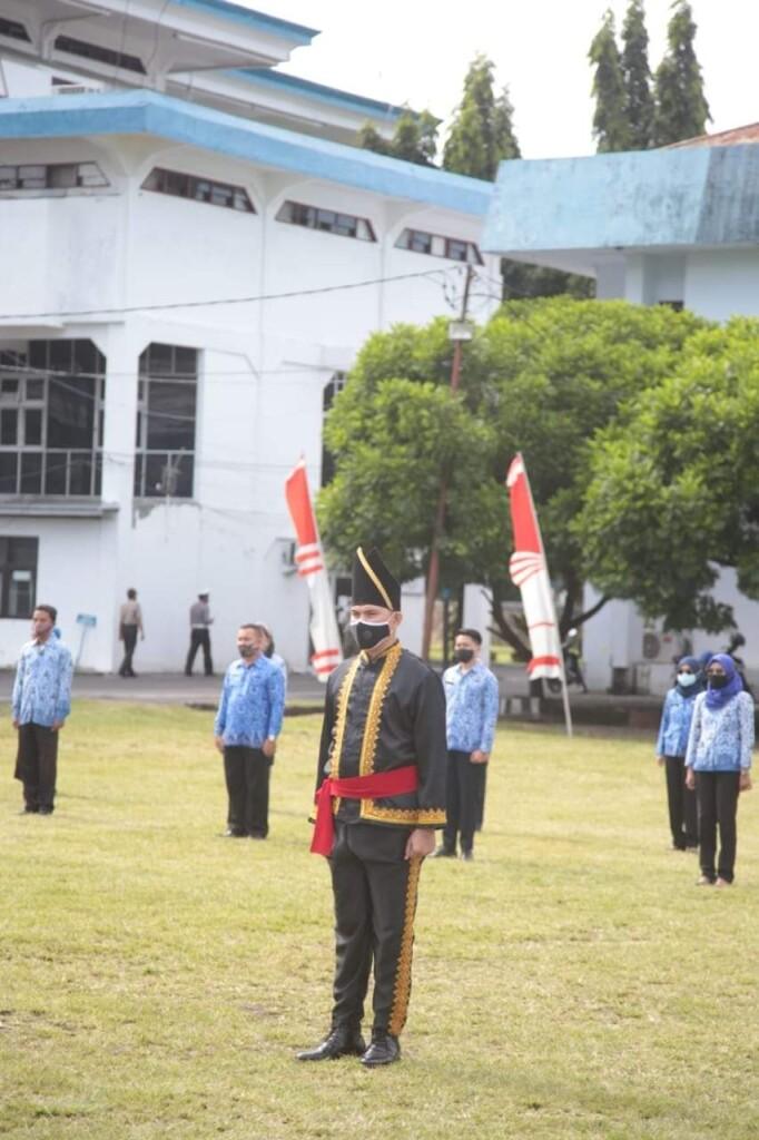 Pemimpin upacara, Camat Matuari, Seffeerson Sumampouw.
