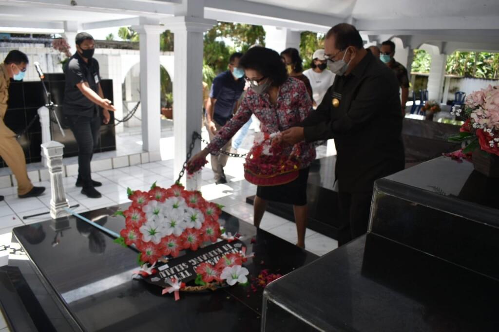 Walikota Bitung, Edison Humiang, memberikan penghormatan