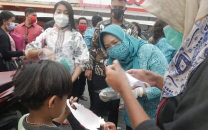 Lawan C-19, Ibu Tyas Fatoni Bagi-bagi Masker kepada Warga Sulut