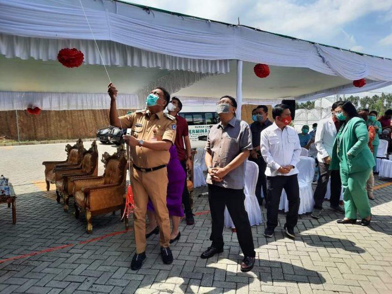 Gubernur Olly Dondokambey SE saat membuka selubung papan RSU Hermina Manado