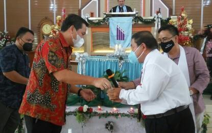 "Ibadah Natal Rukun Pendeta ""KACE ANG"" WONGKAR Dampingi KANDOW Serahkan Mobil Operasional Gereja"