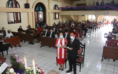Walikota Senduk dan Istri Didoakan dalam Ibadah Pengutusan