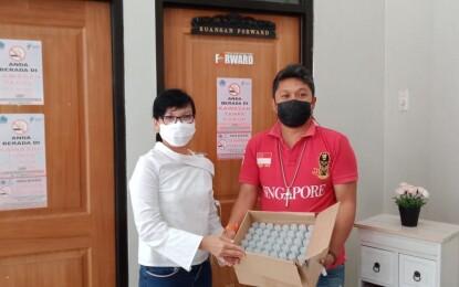 KAGAMA Bagikan Masker dan Hand Sanitizer untuk Jurnalis di DPRD Sulut