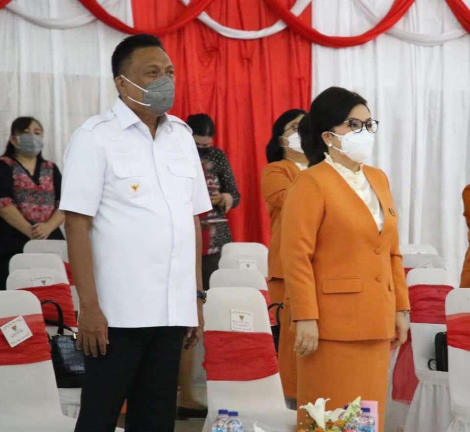 Gubernur Olly Dondokambey SE dan Ketua BKOW Sulut Ir Rita Maya Dondokambey Tamuntuan