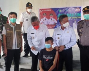 Kadis Kesehatan Erwin Schouten Dampingi Bupati FDW Pantau Vaksinasi diSMPN 1 Modoinding