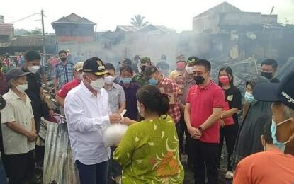Lumowa Dampingi Bupati FDW Serahkan Bantuan Kepada Korban Kebakaran Pasar Tompasobaru